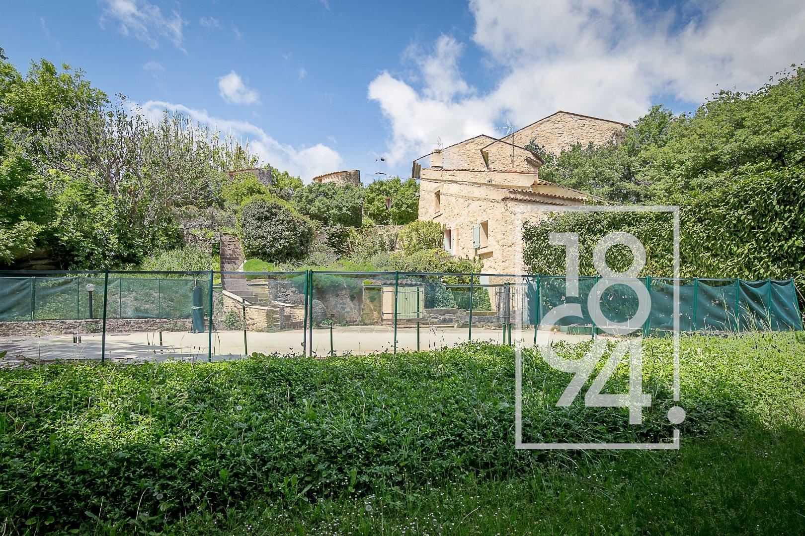 Maison de caractère style provençal de 476 m² dont 239 m² habitables sur 2 ha avec piscine et dépendances à La Bastide des Jourdans