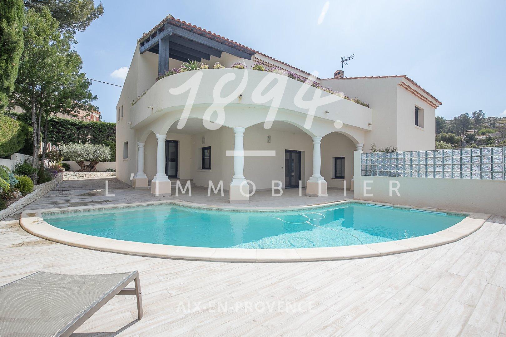 Maison d'architecte de 280m2 de type 9 sur un terrain de 500m2 avec piscine et double garage.