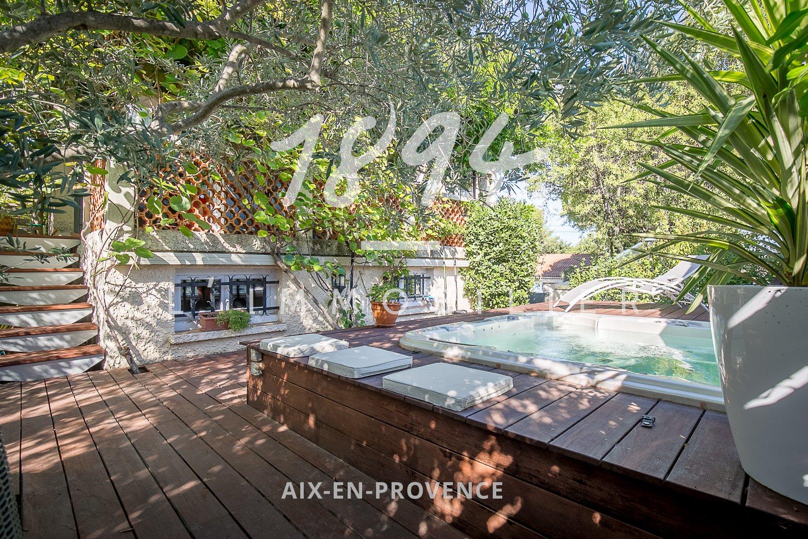 Maison d'environ 185 m2 avec garage et jardin paysagé.