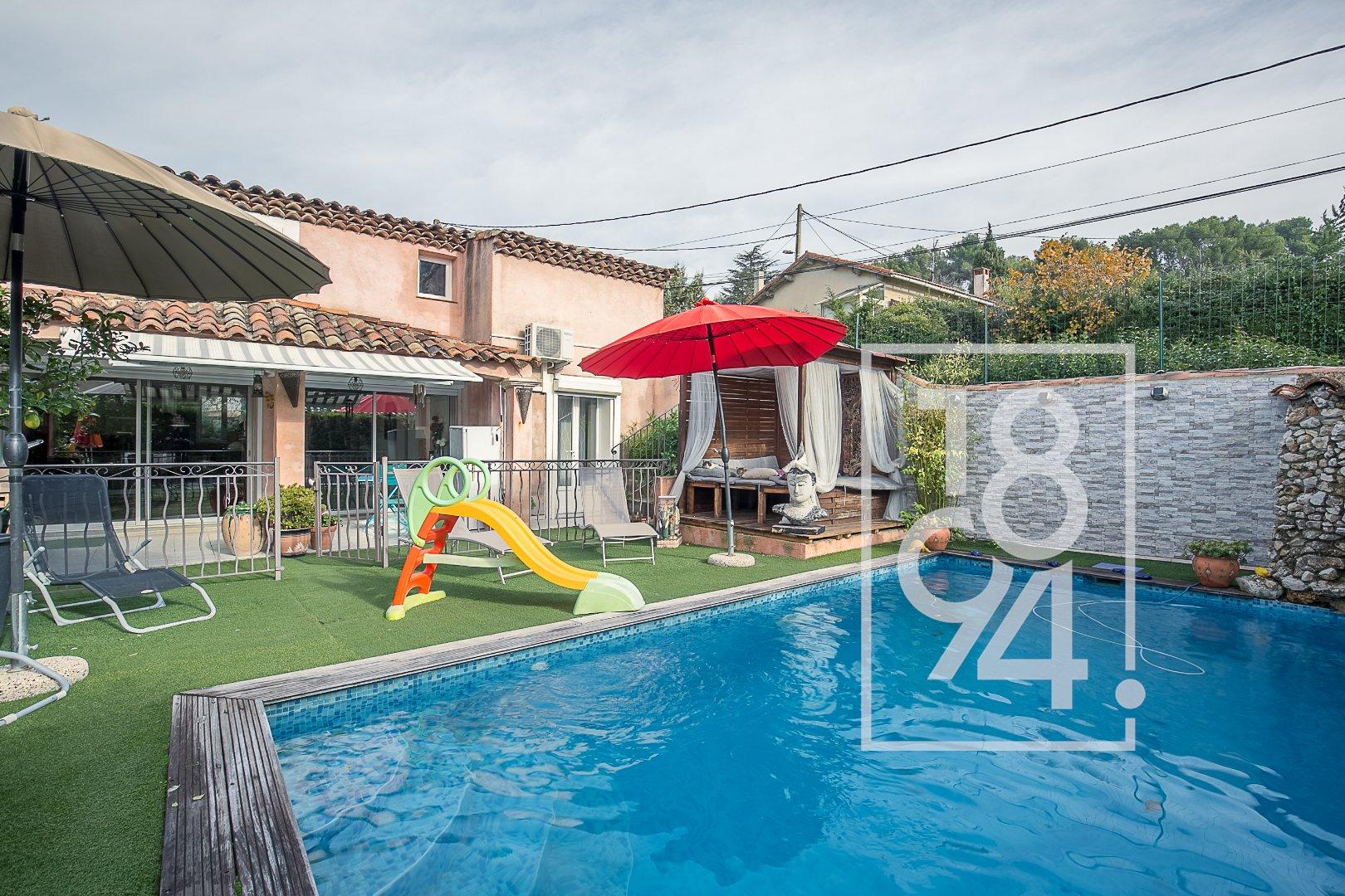 Maison traversante de type 6/7 de 275m2 sur un terrain de 630m2 avec piscine, pool house et garage.
