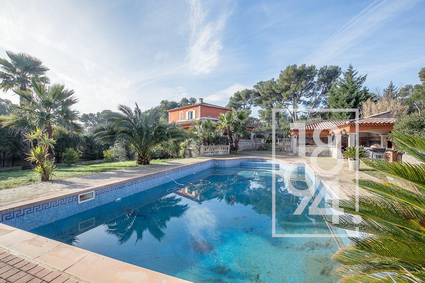 Villa de type 6/7 de 230m2 sur un terrain de 2500m2 avec piscine et pool house.