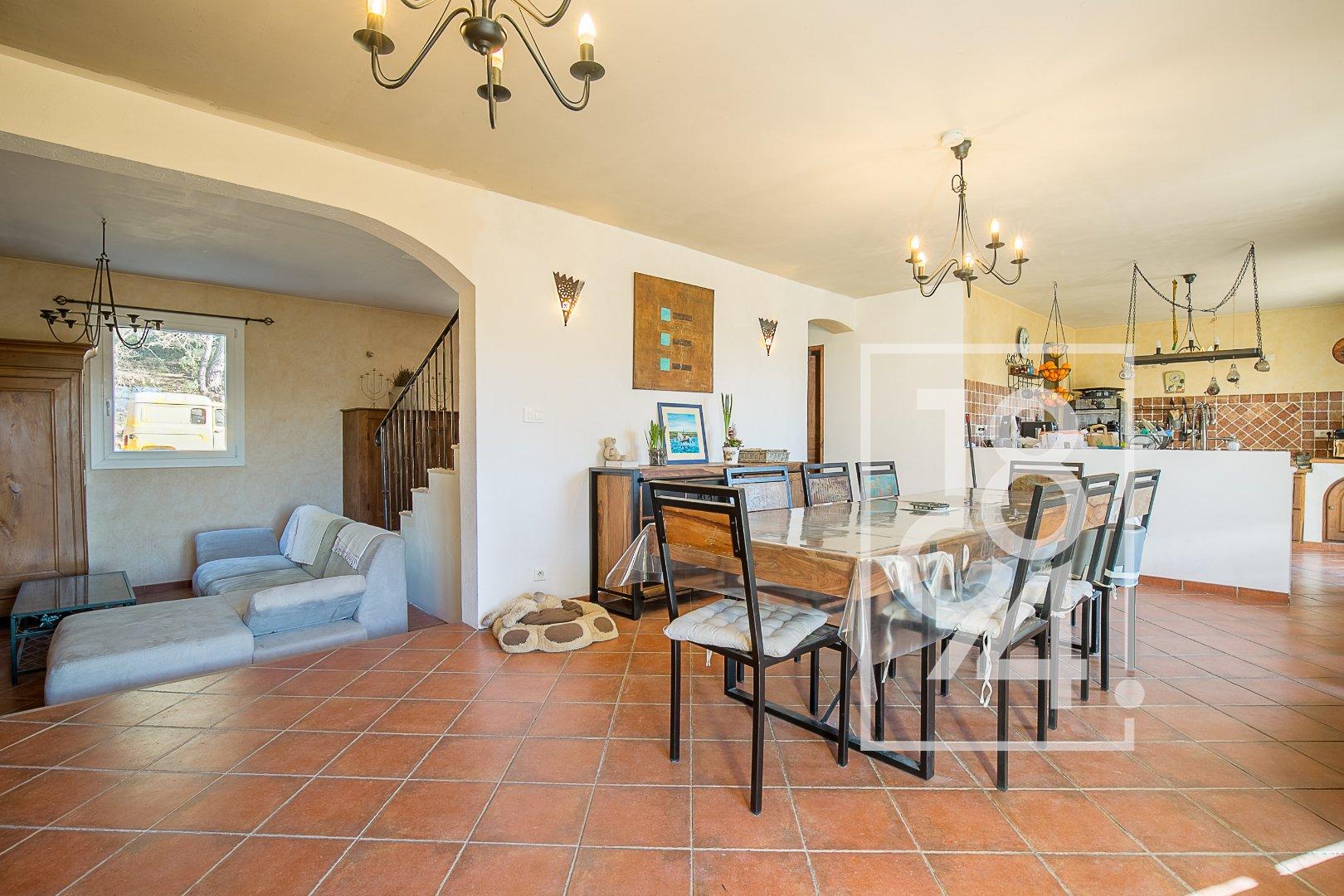 Maison 160m², 5 chambres, garage sur un terrain de 12 000m² à Peyrolles en Provence