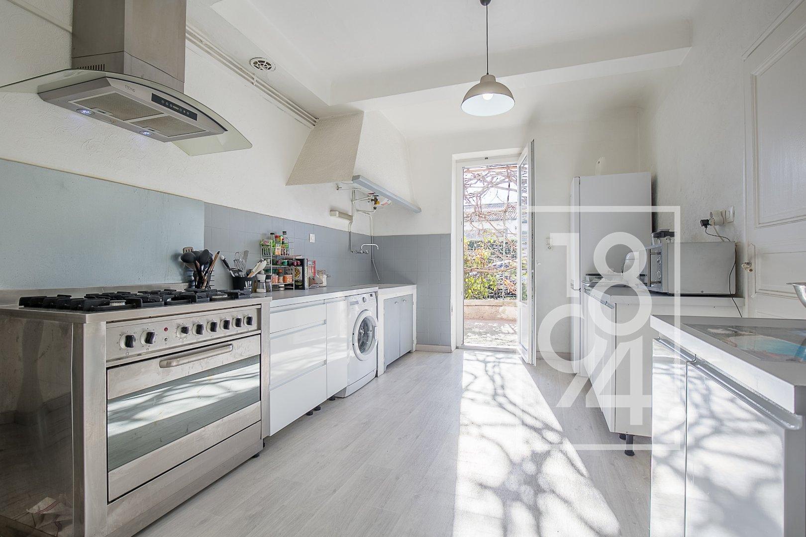 Appartement en rez-de-chaussée de type 3 d'environ 65m2 avec cour et place de stationnement à Salon de Provence
