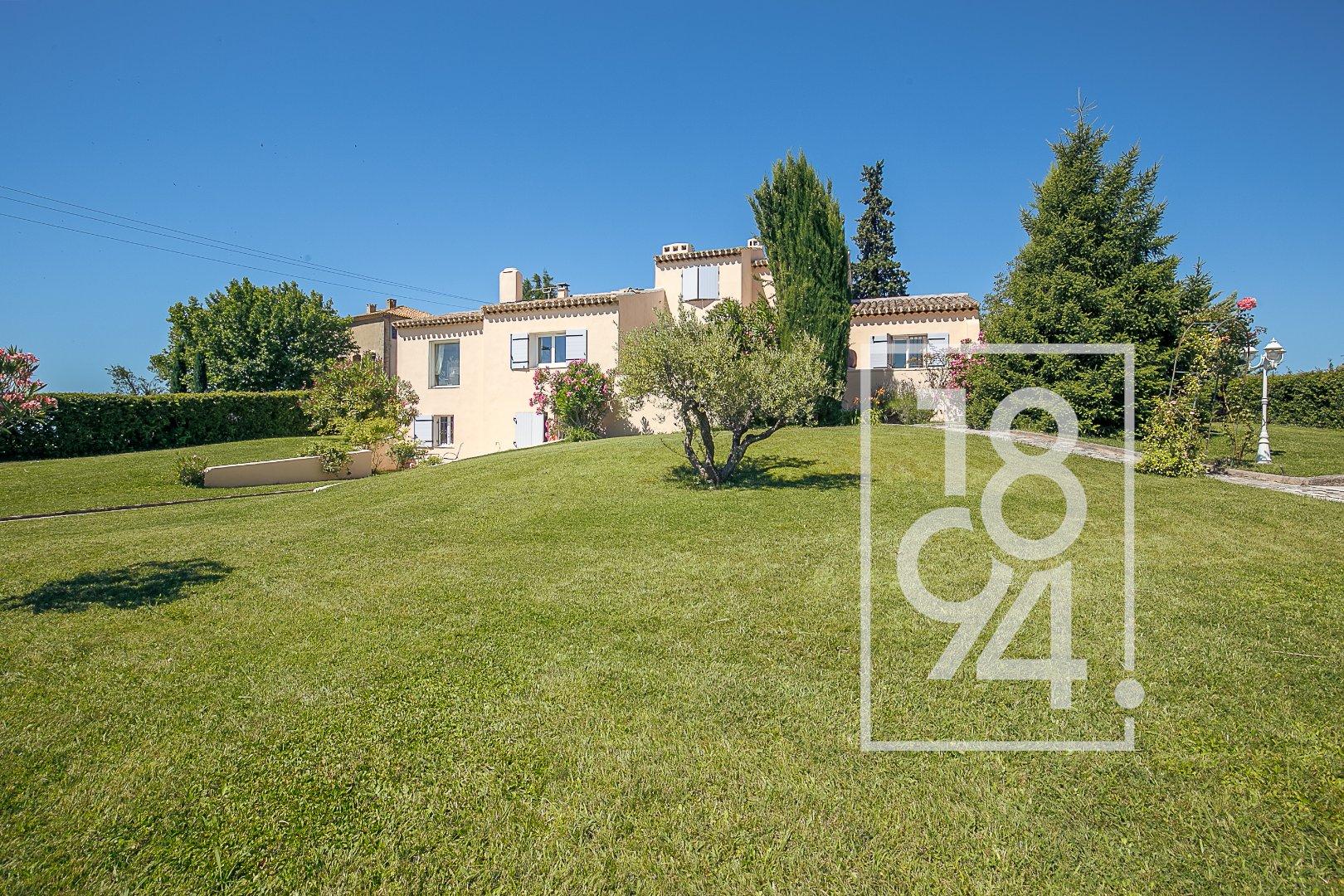 Villa de Type 8, 246m2 avec jardin et piscine à Aix