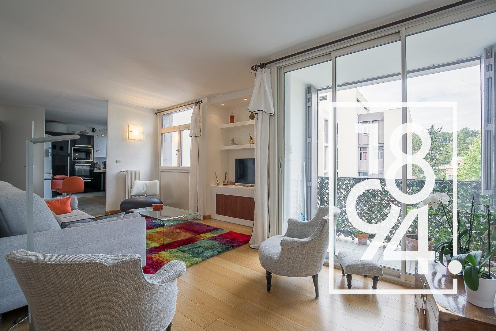 Appartement de type 5 de 90m2 en étage, avec balcon, cave et place de parking.