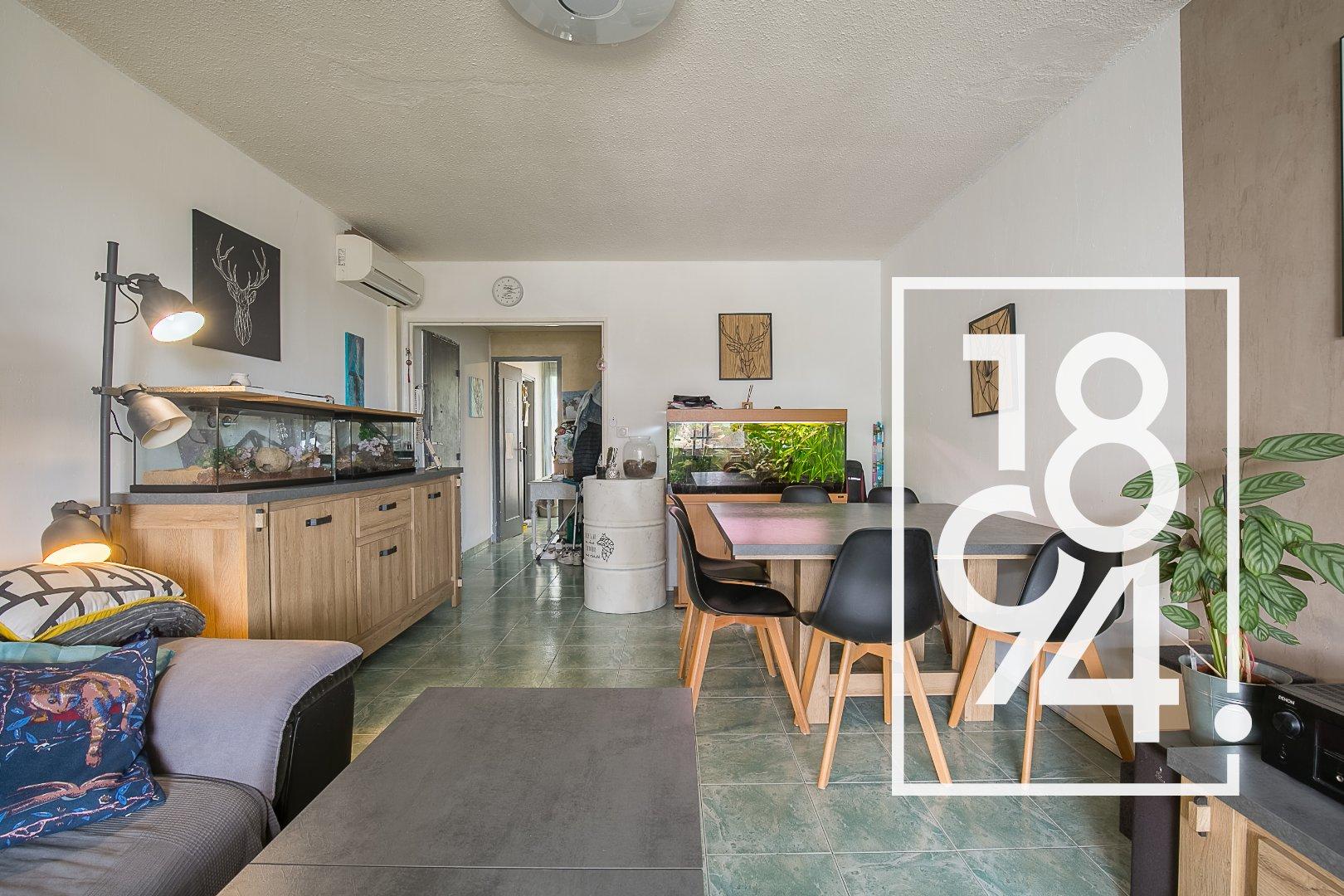 Appartement traversant de type 5 de 100m2 avec balcon, cave et place de parking libre.