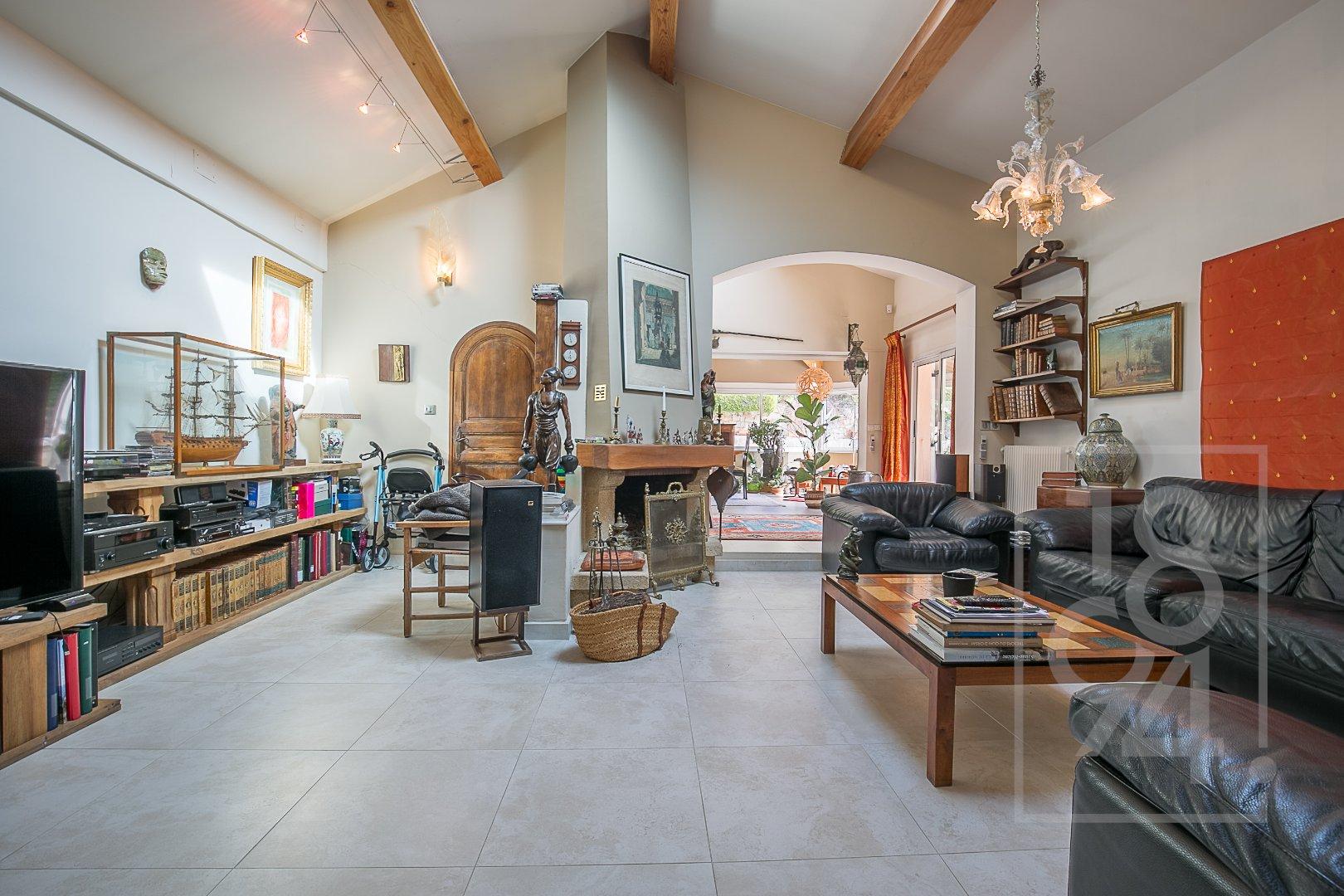 Maison d'env. 246m² sur 1204m² de terrain avec piscine, studio et garage