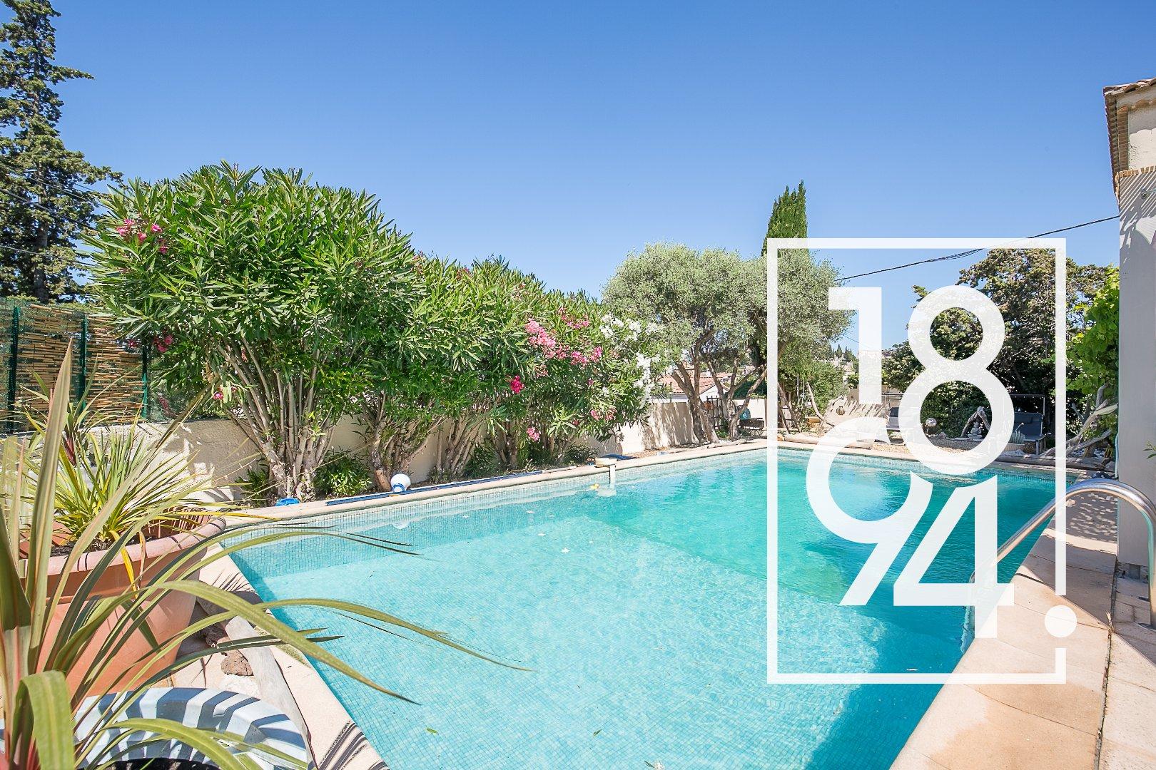 Maison de type 5 de 146m2 en R+1 avec piscine, pool house et garage.