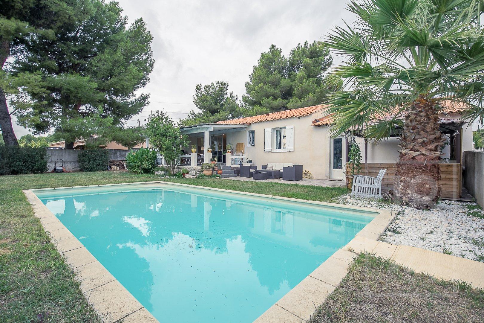 Maison de type 6 de 175m2 de plain-pied avec piscine, cuisine d'été et dependance.