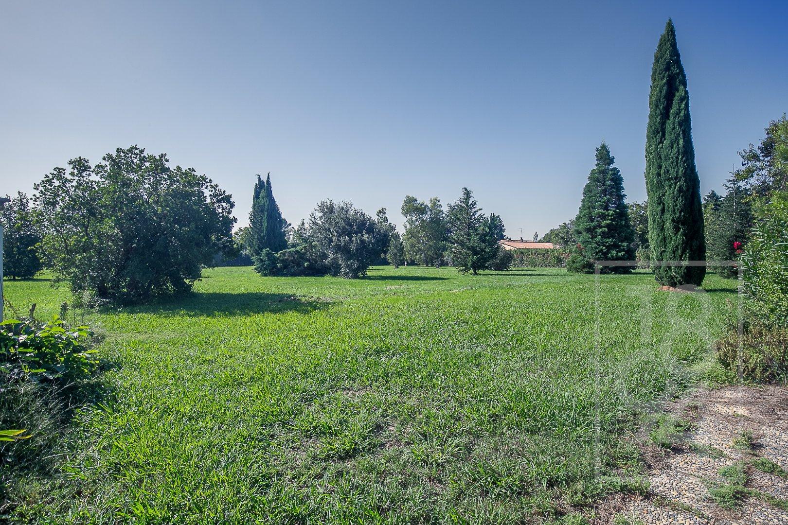 Maison de 8 pièces  d'environ 205m2 avec garage, piscine et dépendances sur 16741m2 de terrain à Senas